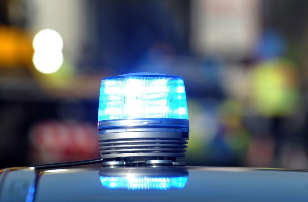 Die Polizei rückte zu dem Busunfall in Neckartenzlingen aus, bei dem eine Person leicht verletzt wurde. Foto: dpa