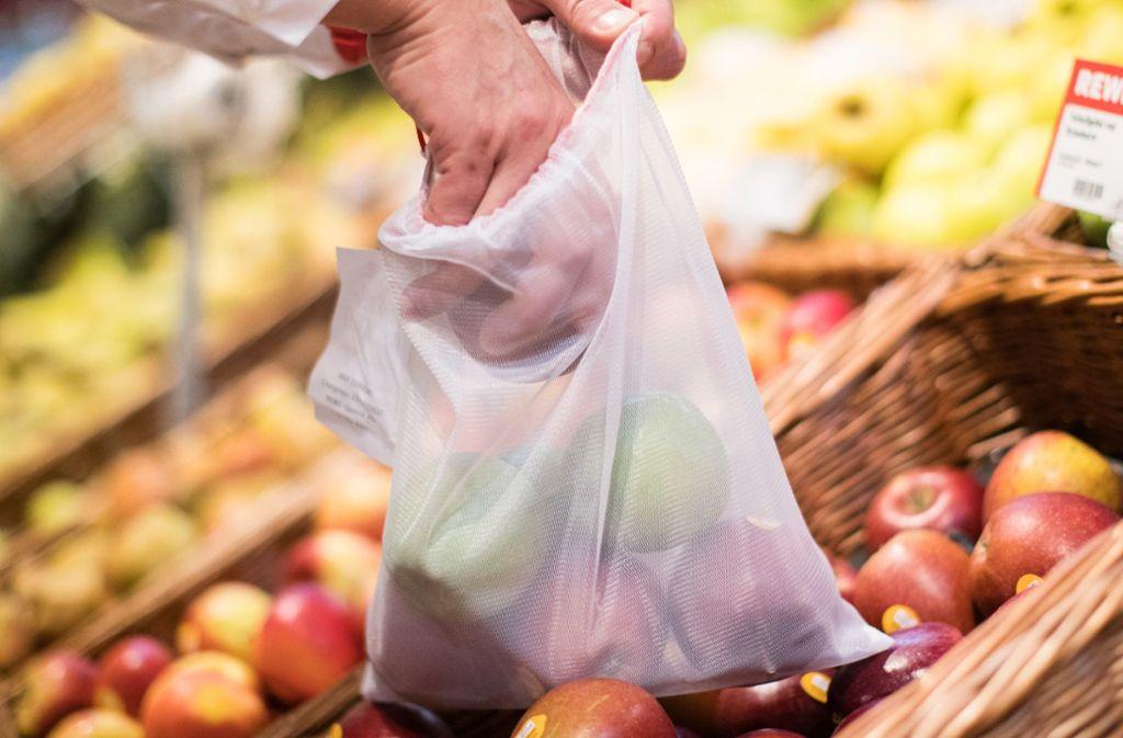 """Ehrenamtliche sollen für Corona-Betroffene Lebensmittel einkaufen – das ist die Idee von """"Waiblingen liefert"""". Foto: dpa/Marcel Kusch"""