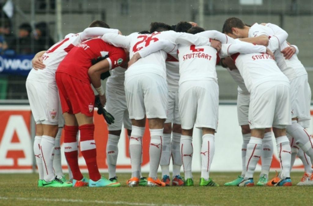 Da hilft auch der Teamkreis vor dem Spiel nichts: Der VfB Stuttgart II unterliegt Leipzig mit 0:2. (Archivbild) Foto: Pressefoto Baumann