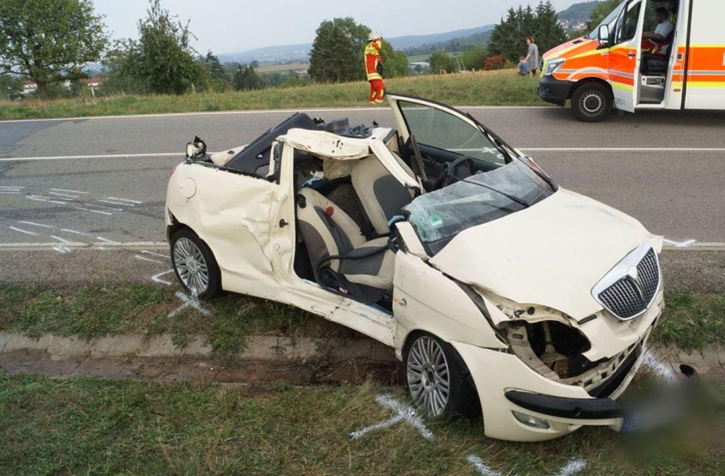 Eine Person ist nach dem Unfall im Wagen eingeklemmt und muss befreit werden. Foto: SDMG