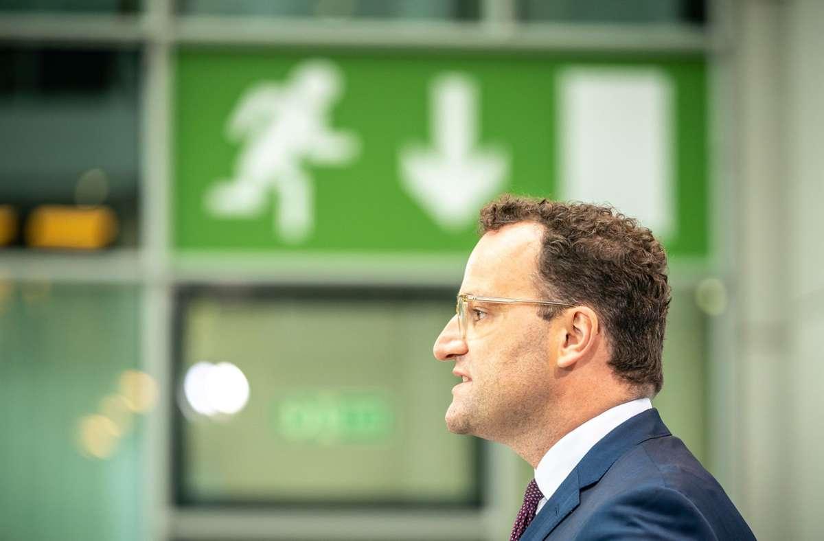 Gesundheitsminister Jens Spahn ist offen Ziel einer Spuck-Attacke geworden. (Archivbild) Foto: dpa/Michael Kappeler
