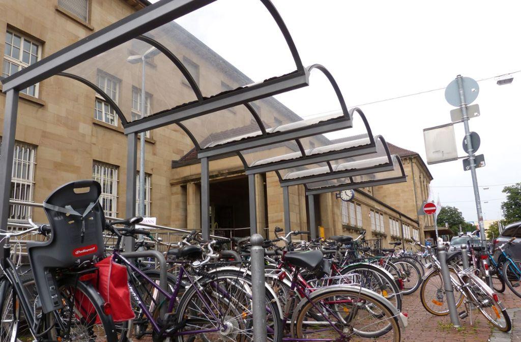 Rund 80 Abstellplätze gibt es heute auf dem Bahnhofsvorplatz, was viel  zu wenige sind.Ein  Fahrradparkhaus, das mit Paternosteraufzügen arbeitet, soll Ende 2018, Anfang 2019   am Fellbacher Bahnhof gebaut werden.Ein  Fahrradparkhaus, das mit Paternosteraufzügen arbeitet, soll Ende 2018, Anfang 2019  am Fellbacher Bahnhof gebaut werden.Rund 80 Abstellplätze gibt es heute auf dem Bahnhofsvorplatz, was viel  zu wenige sind.Ein  Fahrradparkhaus, das mit Paternosteraufzügen arbeitet, soll Ende 2018, Anfang 2019  am Fellbacher Bahnhof gebaut werden. Foto: Uli Nagel