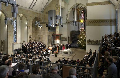 Landesbischof July spricht vor Hunderten Gläubigen