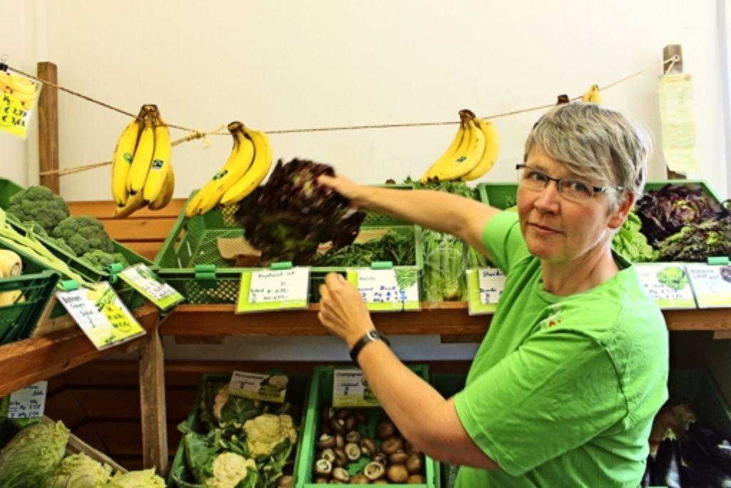 Ines Meyer-Boockhoff arbeitet nicht nur im Plattsalat, sie kauft dort auch ein. Foto: Schmidt