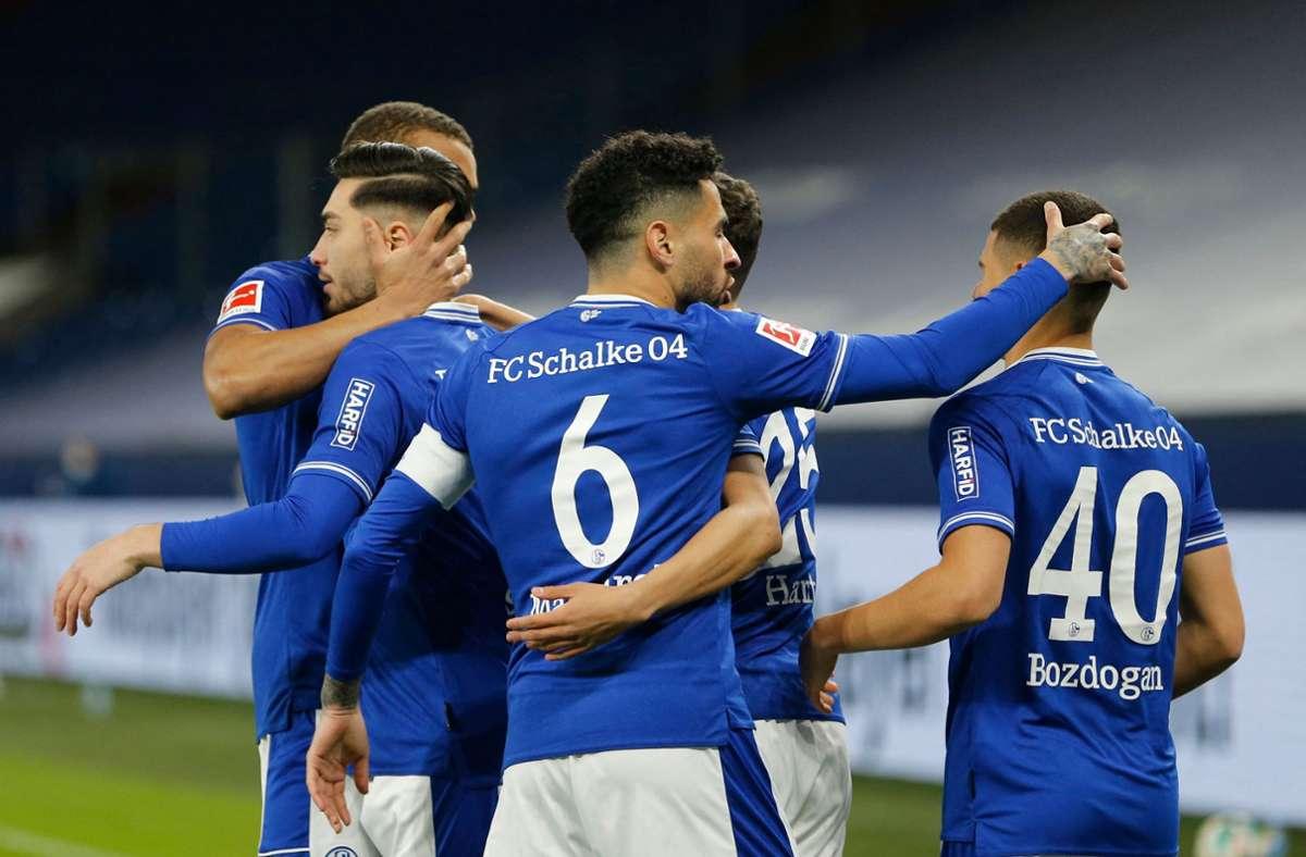 Beim FC Schalke 04 freut man sich über den zweiten Saisonsieg. Foto: AFP/LEON KUEGELER