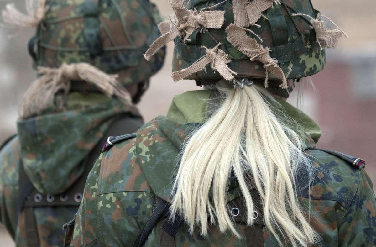 Weibliche Soldaten, Soldatinnen – das Verteidigungsministerium bereitet offenbar auch bei Dienstgraden vor, ihr Geschlecht zu beachten. Foto: dpa/Ralf Hirschberger