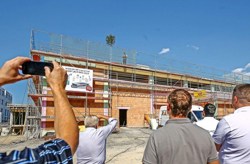 Der Rohbau des neuen Rewe-Marktes ist fertiggestellt. Foto: factum/Granville