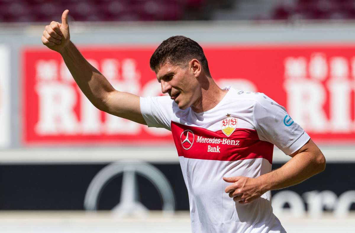 Daumen hoch: Mario Gomez trifft zum Abschied gegen den SV  Darmstadt Foto: dpa/Tom Weller