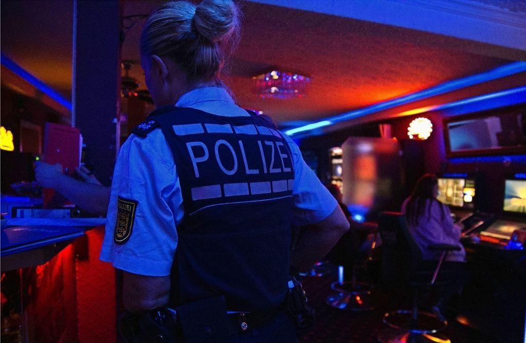 Bis nach Mitternacht waren die Polizisten in Gaststätten und Spielkasinos unterwegs. Sie haben  geprüft, ob sich Wirt und Betreiber  an die gesetzlichen Vorschriften halten. Foto: Marta Popowska Foto:
