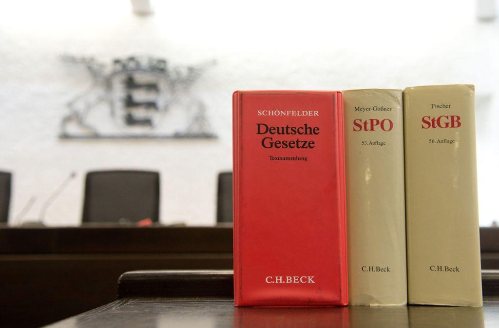 Blick in Gesetzesbücher: Richter am Landgericht wollen bald ihr Urteil sprechen. Foto: dpa