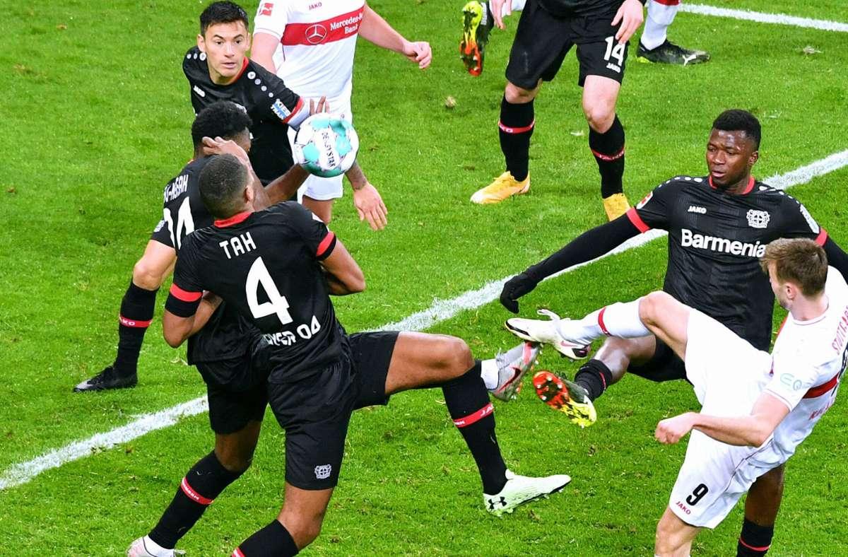 Diese Szene brachte viele VfB-Fans auf die Palme: Timothy Fosu-Mensah (verdeckt) bekommt den Ball vor dem Konter zum 3:1 im eigenen Sechzehner an die Hand. Foto: imago images/Uwe Kraft