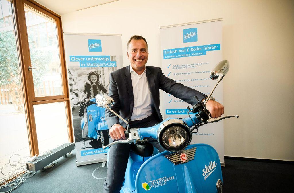 Stadtwerke-Geschäftsführer Olaf Kieser möchte stark auf das Geschäftsfeld Elektromobilität setzen. Hier posiert er mit einem elektrischen Leihroller. Foto: Lichtgut/Leif Piechowski