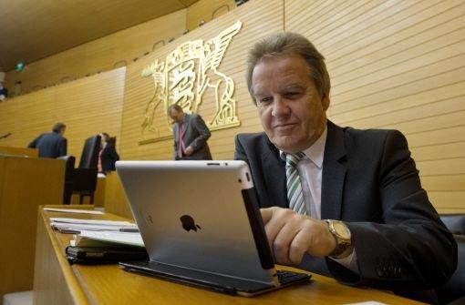 Umweltminister Franz Untersteller (Grüne) nahm am Donnerstag in Stuttgart mehr als 1000 Empfehlungen entgegen - unter anderem dazu, wie der öffentliche Nahverkehr attraktiver werden könnte.  Foto: dpa