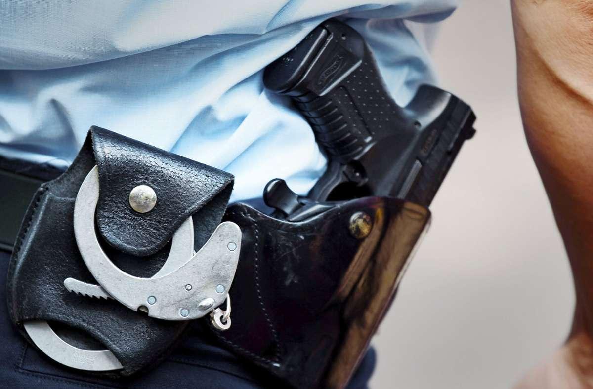Bei Polizeikontrollen waren auch Handschellen notwendig. (Symbolbild) Foto: dpa/Oliver Berg