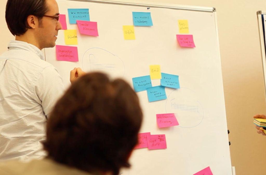 Mentor Adrian Thoma (links) bei der Arbeit mit Binando-Mitgründer Moritz Pfeiffer. Foto: Activatr
