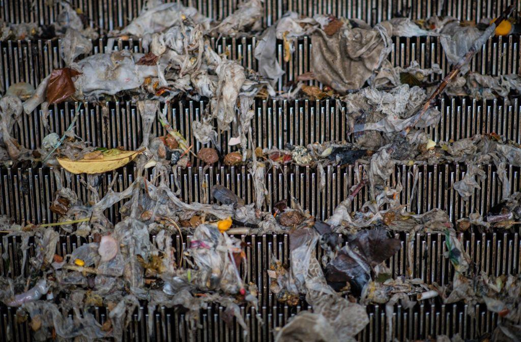 Feuchttücher bestehen aus reißfestem Material, dass sich auch nach längerer Zeit im Abwasser nicht auflöst. Foto: dpa/Andreas Arnold