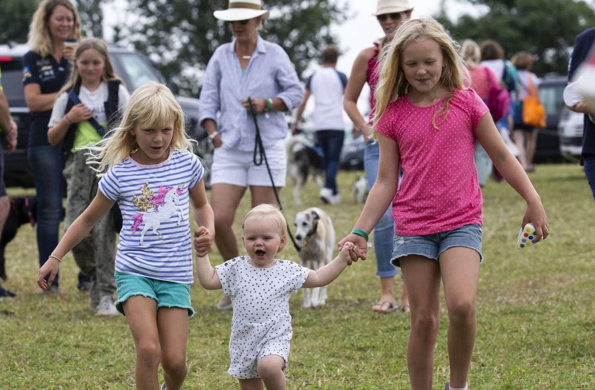 Drei der inzwischen zehn Urenkel der Queen: Savannah (rechts) und Isla Phillips mit ihrer kleinen Cousine Lena Tindall. Foto: imago images / i Images/i-Images