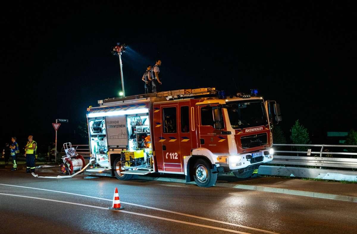 Die Feuerwehr leuchtete das dunkle Schrebergartengelände während des Einsatzes aus. Foto: 7aktuell/Nils Reeh