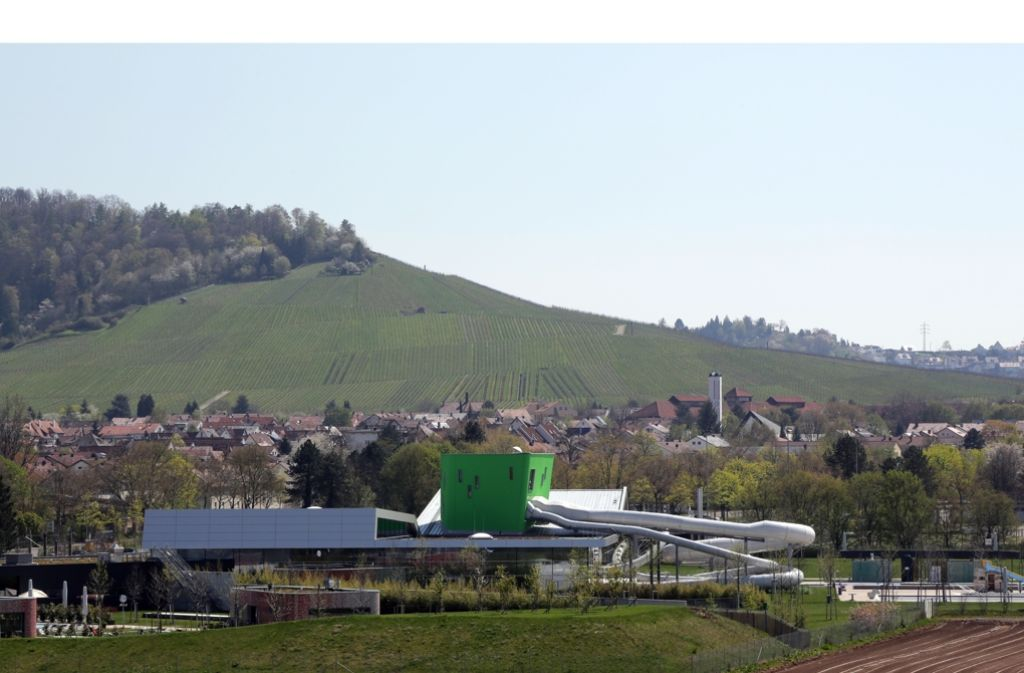 Das Kombibad F3  mit seinem giftgrünen Turm sorgt für 30,5 Millionen Euro Schulden. Foto: Patricia Sigerist