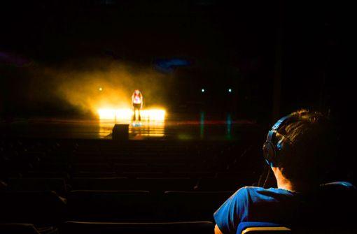 Das Schauspielhaus spielt für eine Person – und  die Person spielt mit