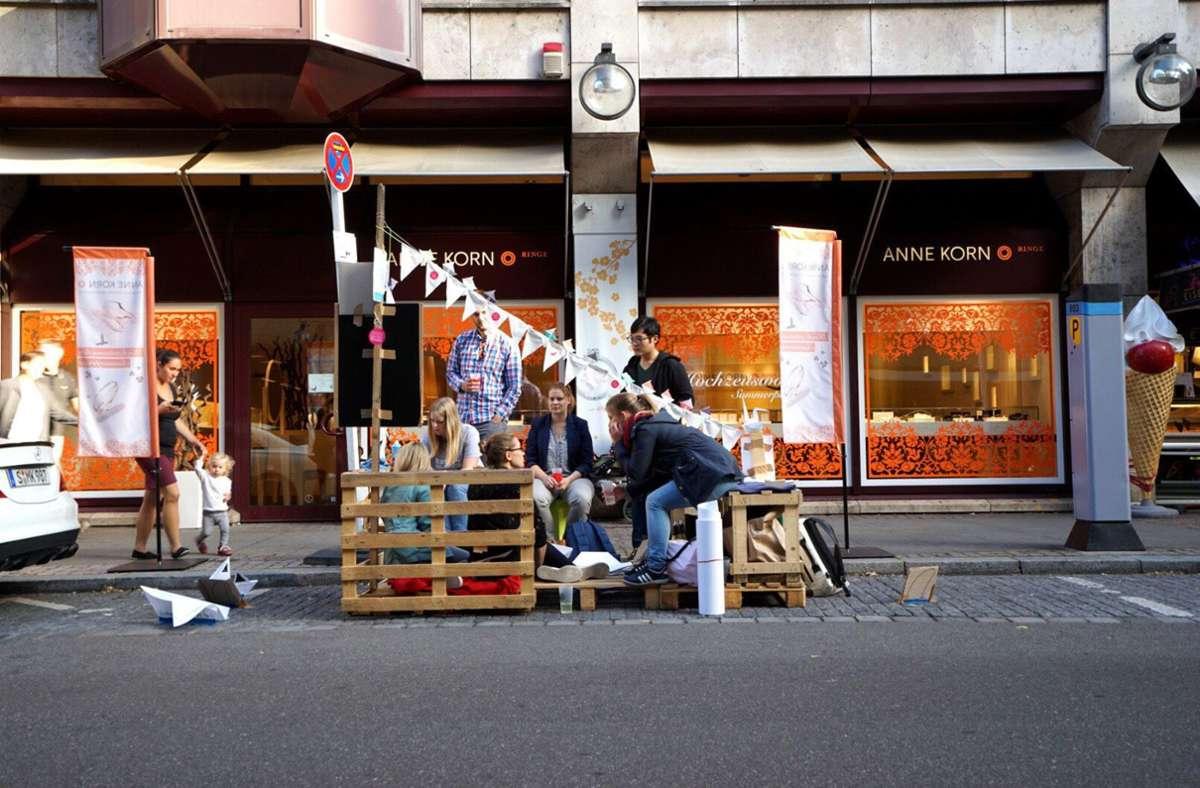 """Aus Europaletten wurde auf diesem Parkplatz eine kleine Sitzgelegenheit errichtet. Unsere Bildergalerie zeigt Fotos des """"Parking Day"""" aus den vergangenen Jahren. Foto: 7aktuell.de/rn foto/www.7aktuell.de/rn foto"""