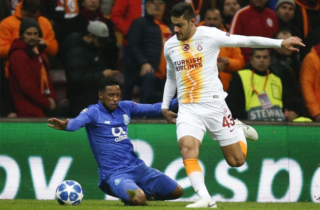 Der 18 Jahre junge Galatasaray-Innenverteidiger Ozan Kabak (re.) dürfte bald für den VfB spielen. Foto: AP