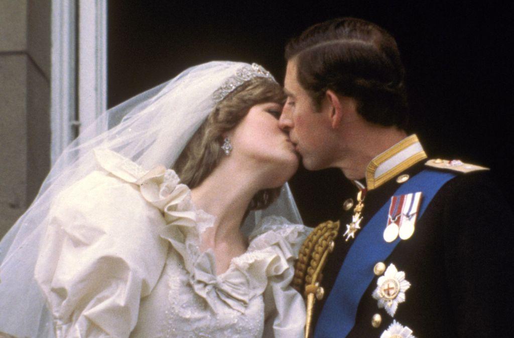 Dieser royale Hochzeitskuss ging 1981 um die Welt: Prinz Charles heiratet Diana Spencer. Foto: AP