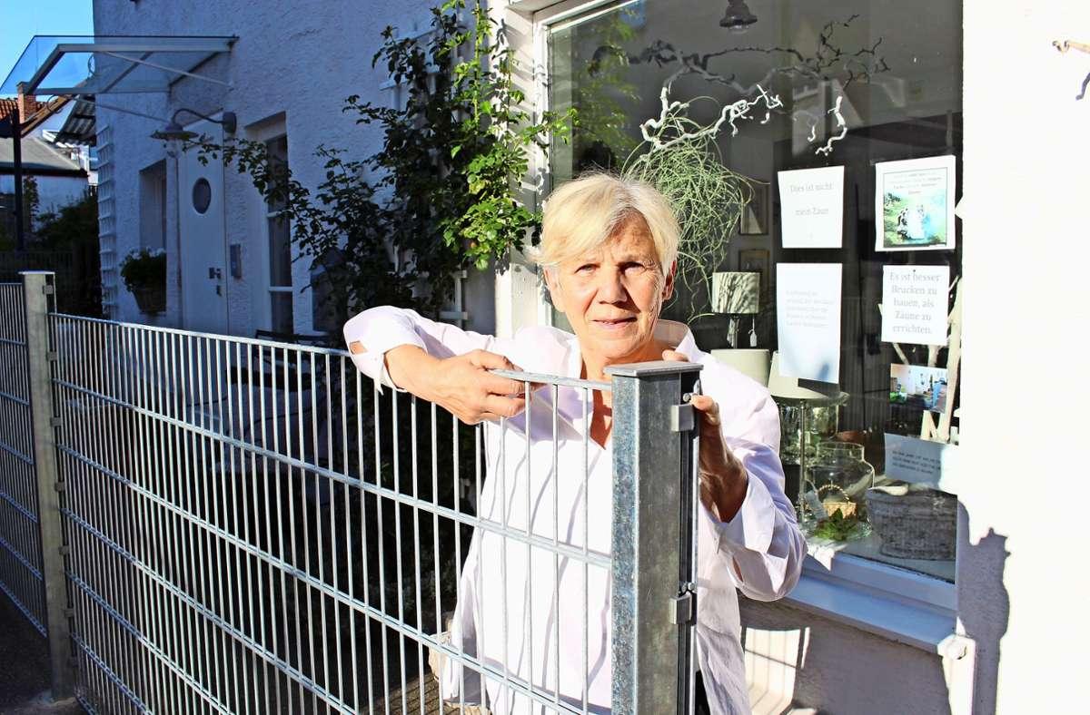 Irmgard Cölle ist erschüttert über diesen Zaun – und protestiert. Foto: Caroline Holowiecki