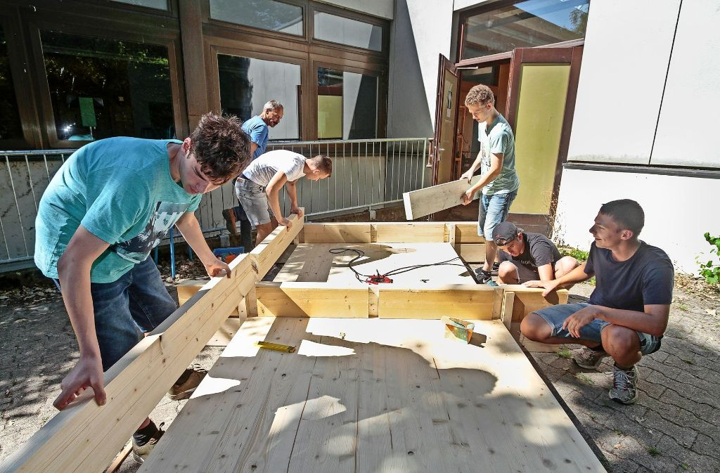 Auch sengende Hitze hält die  Werkrealschüler der neunten Klasse der Theodor-Heuglin-Schule nicht von ihrem ehrgeizigem Projekt hab: Dem Bau eines Insektenhotels. Foto: factum/Bach