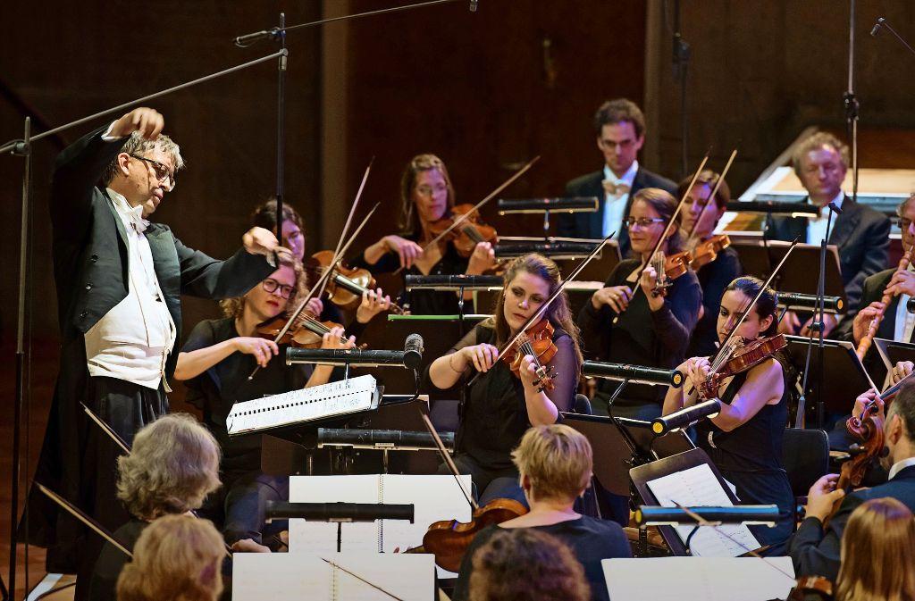 """Hans-Christoph Rademann mit Musikern der Gaechinger Cantorey bei """"Belshazzar"""" Foto: Holger Schneider"""