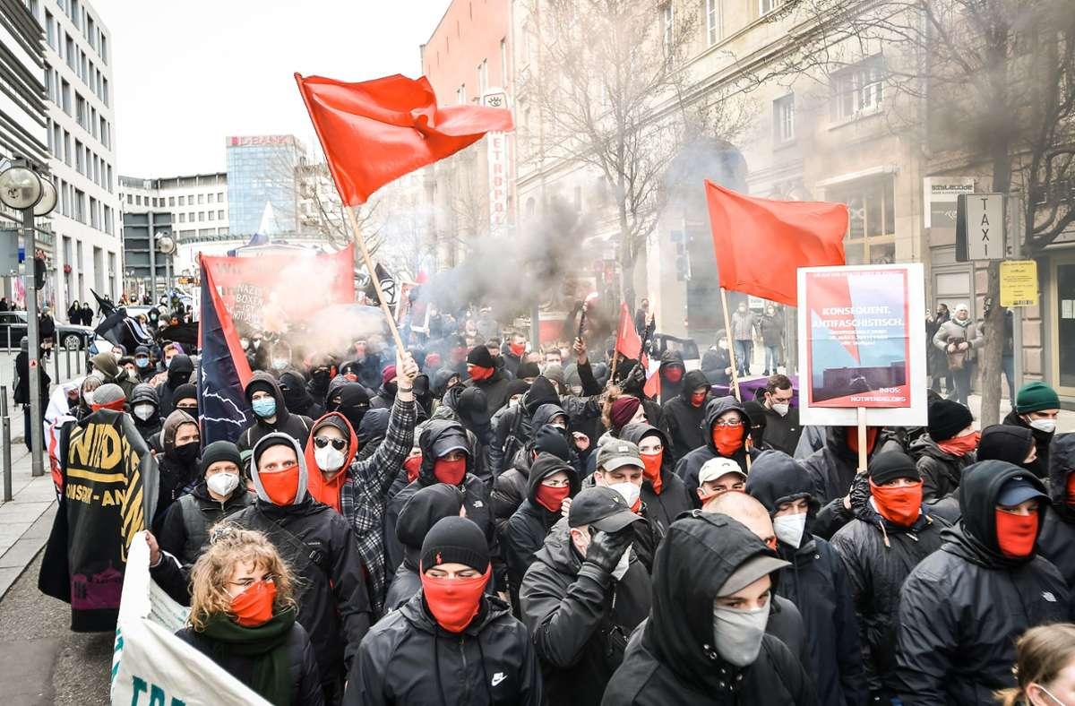 Vorbildlich beim Maskentragen, nachlässig beim Abstandhalten: Linke Aktivisten bei einer Demonstration am Samstag Foto: Lichtgut/Ferdinando Iannone