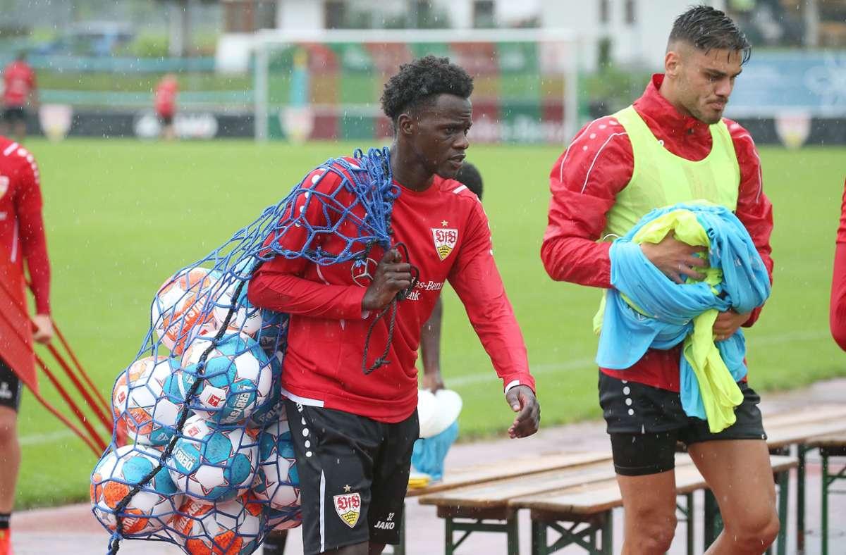 Im Dienste des VfB Stuttgart: Naouirou Ahamada ist zunächst von Juventus Turin ausgeliehen gewesen. Konstantinos Mavropanos ist noch an den FC Arsenal gebunden. Foto: Baumann/Alexander Keppler