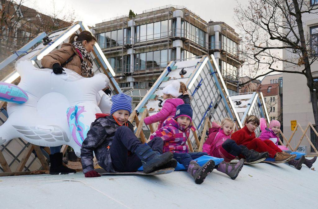 Können es kaum noch abwarten – Kinder machen sich für die Abfahrt auf der neuen Rodelbahn in Stuttgart bereit. Foto: Andreas Rosar//Fotoagentur-Stuttg