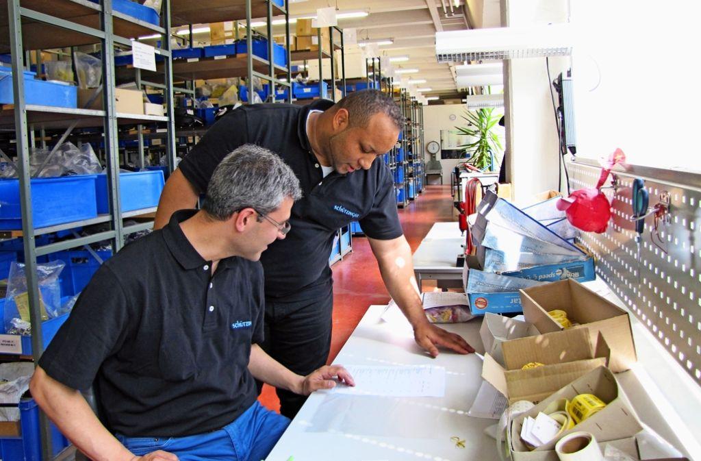 Serdar Aydin (links) bearbeitet mit  dem Lagerleiter Ali Kedal einen Auftrag. Foto: Julia Schuster
