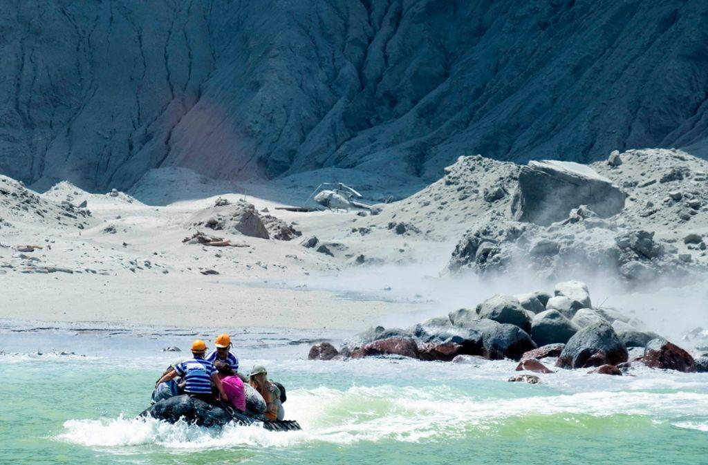 Das von Michael Schade zur Verfügung gestellte Foto zeigt ein Boot der Rettungskräfte, das White Island verlässt. Foto: Michael Schade/AP