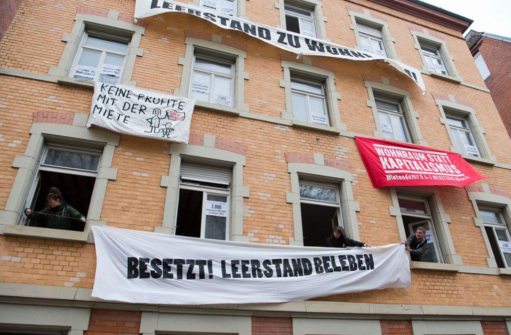 Seit mehr als zehn Tagen halten die Aktivisten das Haus in Stuttgart West besetzt. Die Eigentümer wehren sich dagegen. Foto: Oliver Willikonsky - Lichtgut