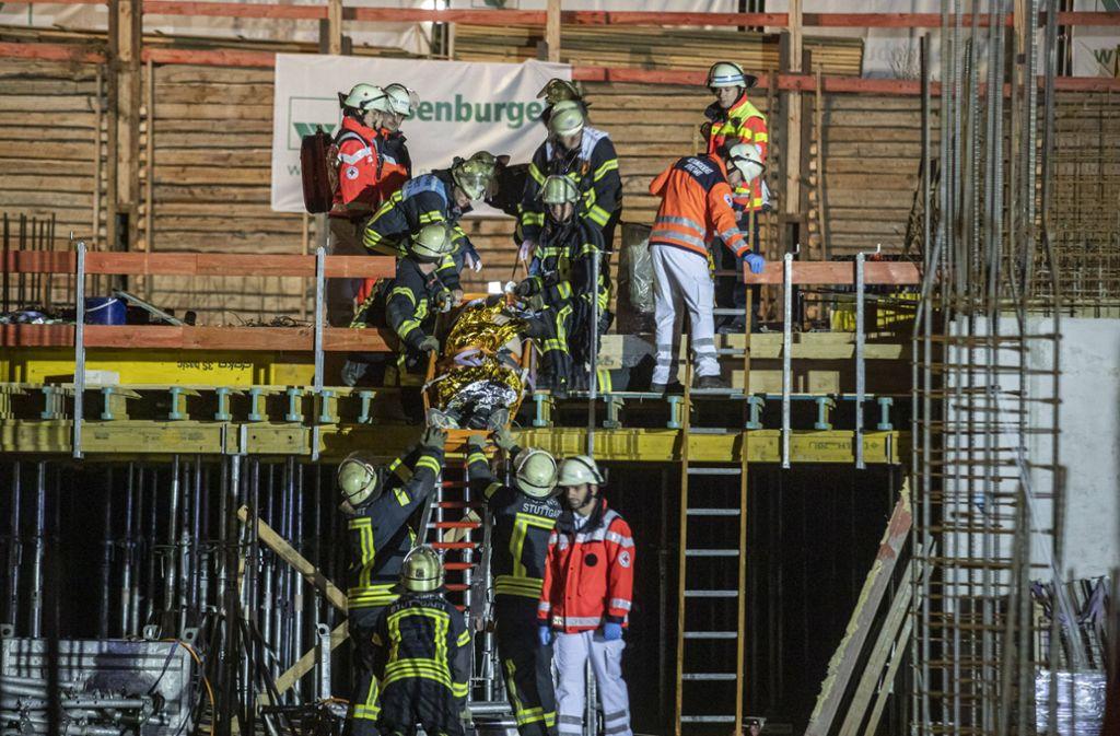 Feuerwehrleute transportieren den Verletzten von der Baustelle im Raitelsberg ab. Foto: 7aktuell.de/Simon Adomat