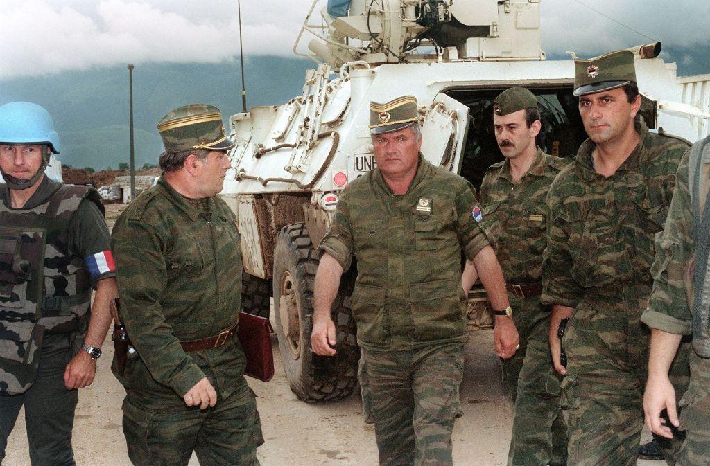 Ratko Mladic (Mitte) als General im Bosnienkrieg 1993 und Ansprechpartner der UN-Schutztruppe Foto: AFP