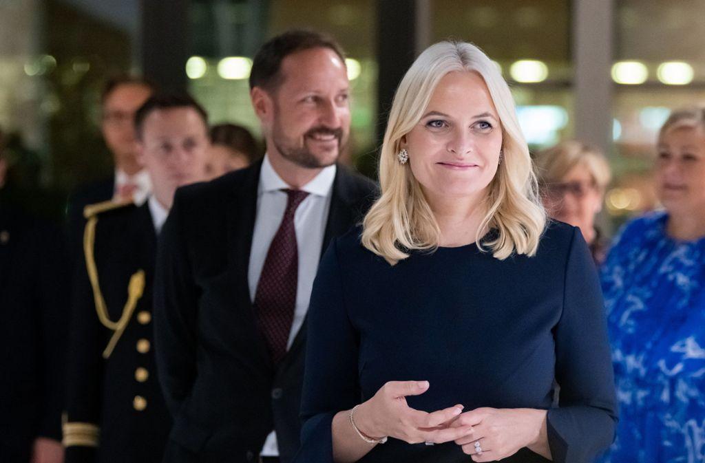 Kronprinzessin Mette-Marit und Haakon, Kronprinz von Norwegen, besuchen auf der Frankfurter Buchmesse den Gastlandpavillon Norwegens. Foto: dpa/Silas Stein