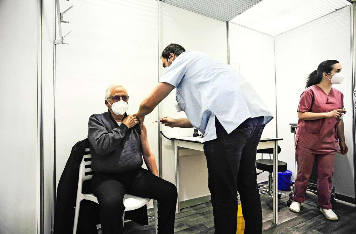 Menschen über 80 können sich in Stuttgart  im Robert-Bosch-Krankenhaus gegen das Coronavirus impfen lassen. Foto: Lichtgut/Max Kovalenko