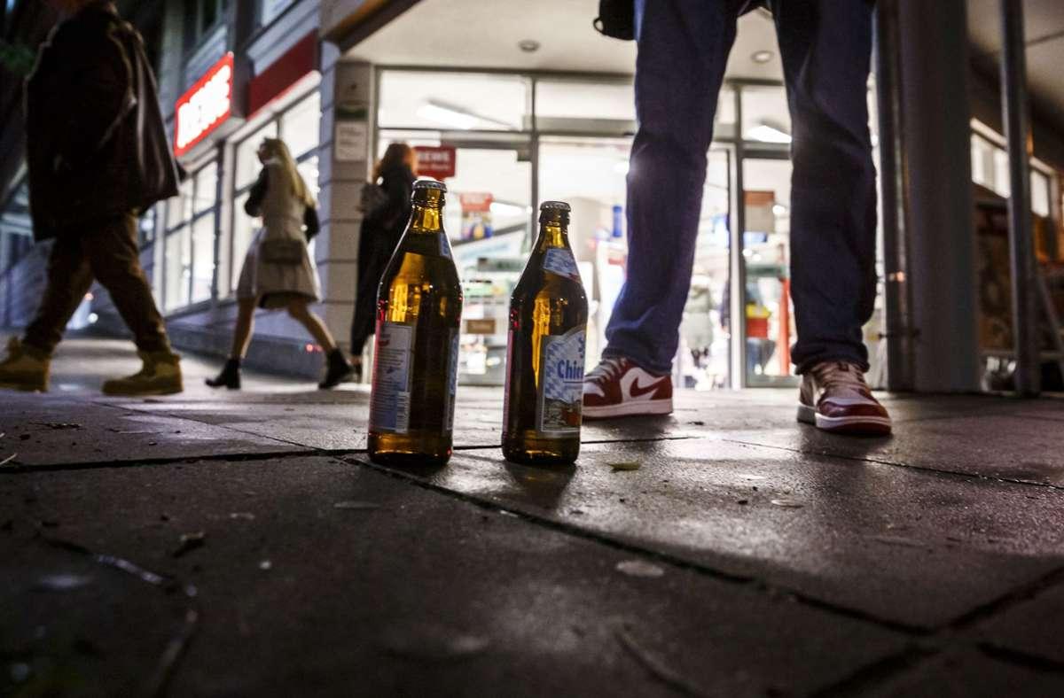 Der Rewe am Marienplatz in Stuttgart kurz vor 21 Uhr, wenn hier kein Alkohol mehr verkauft werden darf. Foto: Lichtgut/Julian Rettig