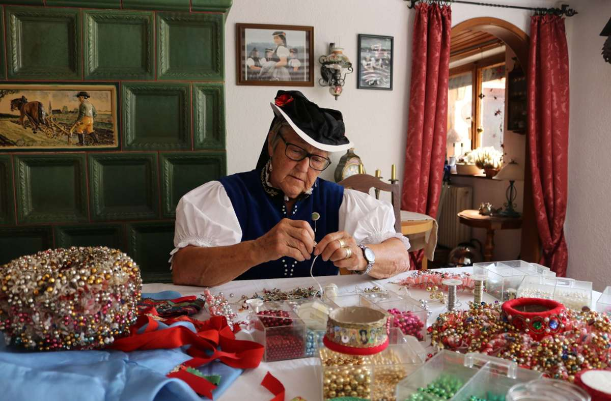 Schäppel – das ist ein traditionelles Trachtenkrönchen aus Perlen und Steinchen. Foto: dpa/Violetta Heise
