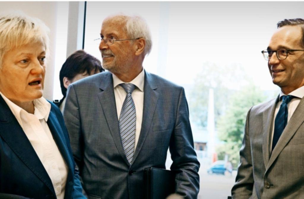 Der Blog netzpolitik.org als Thema im Rechtausschuss: Bundesjustizminister Heiko Maas (rechts, SPD), der scheidende Generalbundesanwalt Harald Range und Renate Künast (Grüne), die Vorsitzende des  Ausschusses, zu Beginn der Sitzung. Foto: dpa