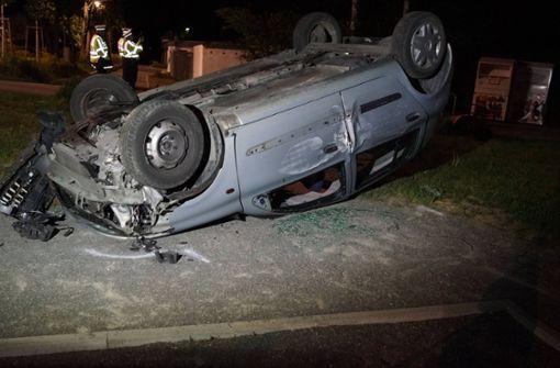 17-Jähriger kracht mit Auto in Altkleidercontainer