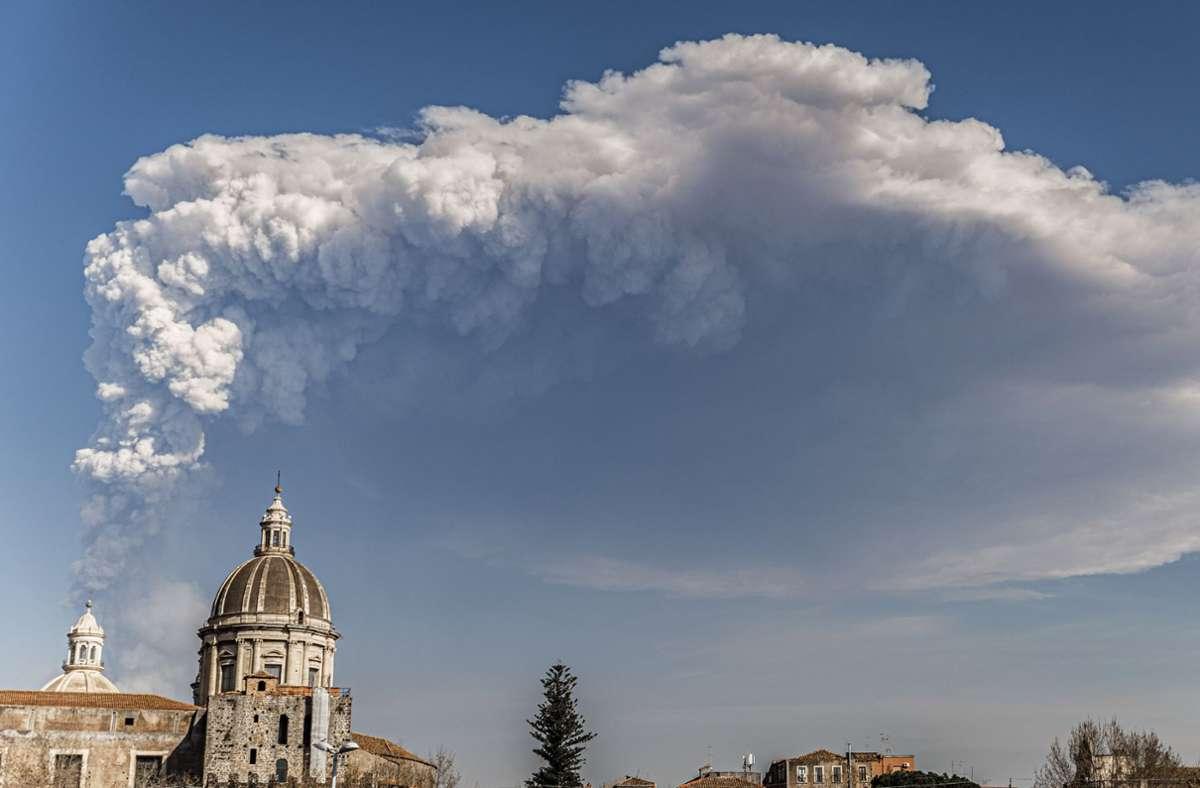 Die Rauchschwaden des Ätna (Bild aus Catania) machten sich auf eine lange Reise. Foto: dpa/Salvatore Allegra