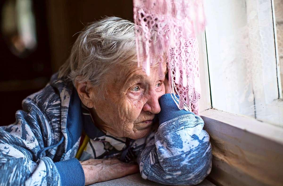 Ungewöhnliche Ängstlichkeit, Scheu, Rückzug oder auch Aggressionen können Anzeichen sein, dass ältere Menschen Gewalt erleben. Foto: Adobe Stock/Dmitry Berkut