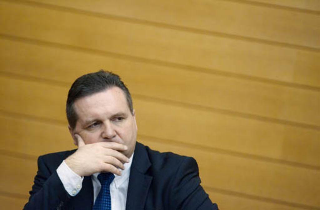Regierungschef Stefan Mappus will von steuerlich interessanten Daten aus der Schweiz nichts mehr wissen. Foto: dpa