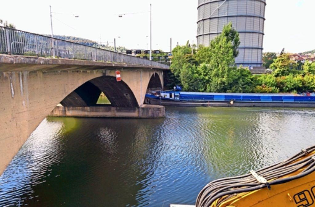 Auf dieser Seite der Gaisburger Brücke soll die neue Kabelbrücke passgenau und von oben kaum sichtbar montiert werden. Foto: Jürgen Brand