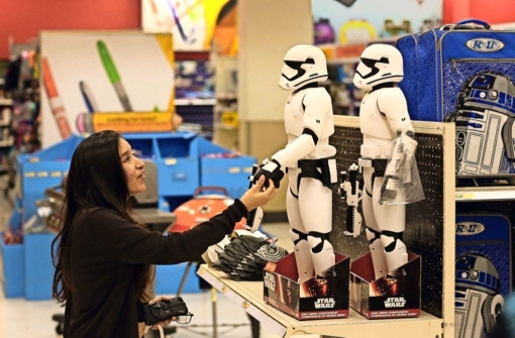 In einer Spielwarenabteilung in Miami begrüßt eine Frau den neuen Stormtrooper. Foto: Getty
