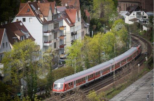 Ein  Zug  fährt im Stuttgarter Norden  auf der Strecke, die nach Fertigstellung von Stuttgart21 für Gäubahnzüge nicht mehr gebraucht wird. Foto: Lichtgut/Achim Zweygarth